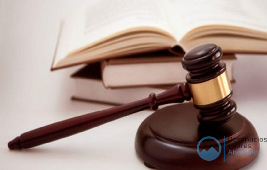 Libro y mazo de un juez de desahucios